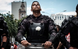 24h qua ảnh: Binh sĩ cài hoa trắng ngăn chặn người biểu tình