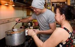 Sỹ Luân trang trí nhà cửa, phụ mẹ nấu nướng đón Giao thừa