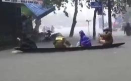 Bi hài cảnh người dân Huế bơi thuyền trên phố để về nhà