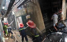 Người đàn ông mình đầy thương tích chạy ra từ căn nhà đang bốc cháy dữ dội