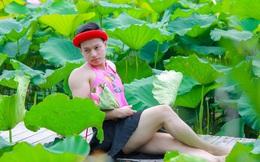 Tranh cãi chàng trai mặc áo yếm khoe dáng trong đầm sen Hồ Tây