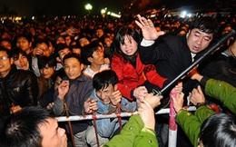 1 cái xô đẩy, chen lấn trở thành đám đông hỗn loạn ở lễ hội Việt