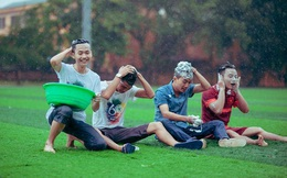 Trời mưa, sinh viên Nông nghiệp mang chậu ra sân gội đầu
