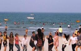 """Nắng gần 40 độ C, dân Đà Nẵng đổ xô ra biển """"giải nhiệt"""""""