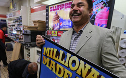 Im lặng suốt nửa năm, người đàn ông trúng số nửa tỉ USD bất ngờ lộ diện