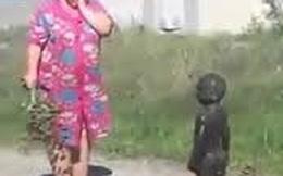 """3 em bé tắm trong bùn bị người lớn """"tóm"""" được và cái kết..."""