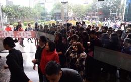 Hà Nội: Xếp hàng dài mua hàng giảm giá tại Vincom Bà Triệu trong ngày Black Friday