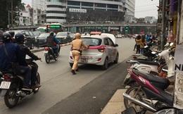 Hình ảnh người CSGT gồng mình đẩy xe khiến người xem ấm lòng ngày đổi gió
