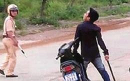 Cay cú vì bị giữ xe, nam thanh niên ném thẳng cục đá vào mặt CSGT