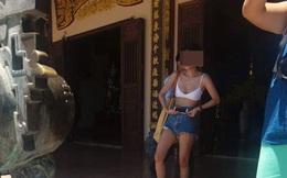 Cô gái mặc trang phục quá phản cảm khi lên chùa Linh Ứng