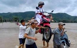"""Lộ diện 4 """"soái ca"""" khiêng xe máy cùng nữ sinh vượt lũ"""