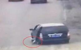 Bài học đau lòng cho cha mẹ: Bé 4 tuổi lăn từ ô tô xuống đường, bị bánh xe chèn tử vong