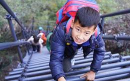 Học sinh leo thang thép vượt vách đá dựng đứng đến trường