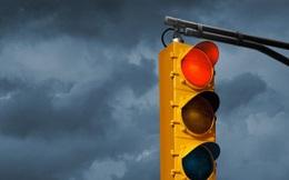 Vì sao đèn giao thông/đèn cảnh báo lại là màu đỏ?