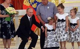 Putin lúng túng trước bé gái khóc nhè