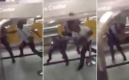 Chuyến bay bị hoãn, khách giận dữ đấm đá cảnh sát
