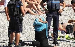 Không mặc đúng trang phục như quy định, một số phụ nữ đã bị cảnh sát ép lột đồ bơi