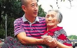 Bức ảnh người con trai bế mẹ già 82 tuổi ngồi bên hồ gây sốt