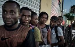 """Người di cư Haiti khóc ròng trước cửa """"thiên đường Mỹ"""" vì chính sách mới của Obama"""