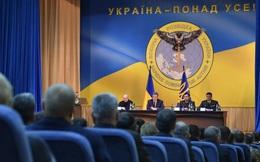 Tổng thống Ukraine xuất hiện bên biểu tượng con cú cầm kiếm xuyên thủng nước Nga