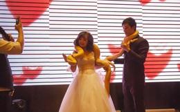 """Cặp trăn quấn cổ cô dâu chú rể trong lễ cưới khiến quan khách """"nổi da gà"""""""