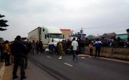 Dân đổ xô đến gầm xe tải cứu người đàn ông vừa bị kéo lê 15 mét