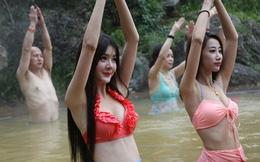 Dàn mỹ nữ rủ nhau tập yoga dưới nước giữa trời đông