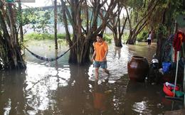 Sài Gòn: Nhà dân vẫn ngập sâu sau sự cố vỡ bờ bao, nước bốc mùi khó chịu