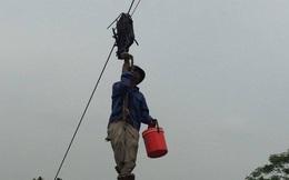 Dựng tóc gáy nhìn người dân đu mình trên cáp treo vượt núi ở Thái Nguyên