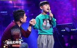 Bạn sẽ không cầm nổi nước mắt khi nghe em bé này hát về cha
