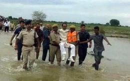 Quan chức cấp cao ê mặt vì chễm chệ trên tay cấp dưới khi đi thị sát lũ lụt