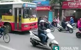 Hà Nội: Nam thanh niên chặn đầu xe buýt, nhảy múa điên loạn