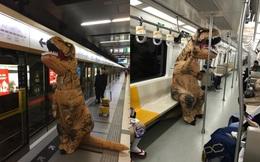 Hoá trang thành khủng long rồi đi tàu điện ngầm: Mình thích thì mình làm thôi!