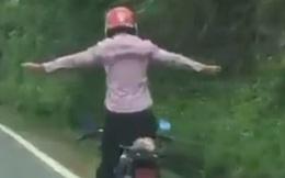 Clip: Rùng mình cảnh người đàn ông đứng trên xe máy, buông tay lái lao vun vút