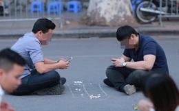 Hình ảnh 2 người đàn ông giữa phố Hà Nội khiến bạn phải rùng mình