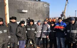 Thủy thủ tàu ngầm Kilo và chuyên gia Nga đi biển về, ăn mừng hoành tráng bằng lợn sữa quay