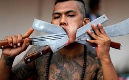 24h qua ảnh: Rùng mình cảnh người ăn chay xuyên dao qua má