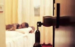 """Đang ngủ trong khách sạn, 2 chị em gái """"rụng tim"""" phát hiện đàn ông lạ nằm ngay cạnh"""