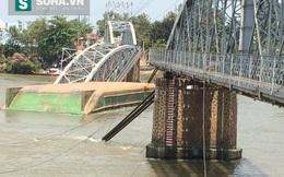 Sà lan đâm sập cầu Ghềnh, nhiều người rơi xuống sông, hoảng sợ