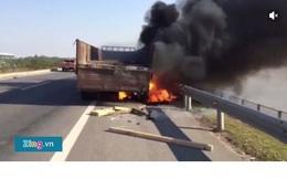 Xe tải cháy trên cao tốc Hà Nội - Thái Nguyên