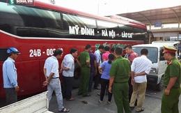 Hà Nội: Lốp xe khách bất ngờ nổ như bom khi đang sửa, nam thanh niên nguy kịch
