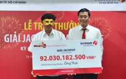 Người trúng xổ số 92 tỷ đồng đeo mặt nạ đến nhận giải