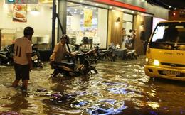 [ẢNH] Sài Gòn lại biến thành biển nước khi triều cường dâng cao