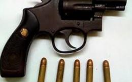 Thủ súng ru lô phòng thân, đi giữa trung tâm TP.HCM