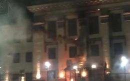 Các phần tử cực đoan Ukraine ném pháo hoa vào Đại sứ quán Nga
