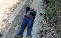 Phượt mệt, nhóm bạn trẻ nằm ngủ ở rãnh nước: Hình ảnh nguy hiểm!