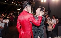 Noo Phước Thịnh ôm chặt mẹ trước đám đông