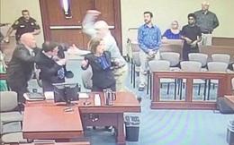 Phiên tòa náo loạn vì tội phạm tình dục lao vào đâm công tố viên giữa phiên xét xử