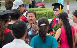 Thợ ảnh giật điện thoại sinh viên, không cho tự chụp hình tốt nghiệp