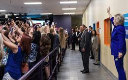 """Sự thật đằng sau bức ảnh """"cả thế giới quay lưng với bà Hillary Clinton"""""""